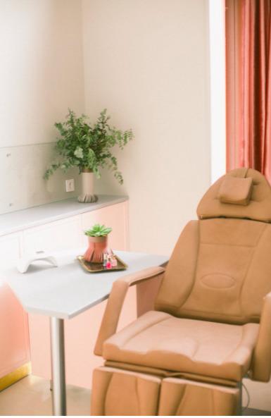 En stol i en skönhetsklinik